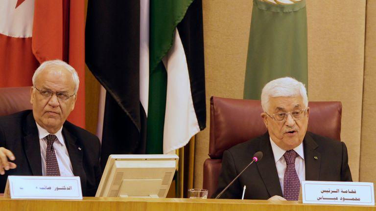 M. Erekat est photographié avec le président palestinien Mahmoud Abbas en Égypte en 2015