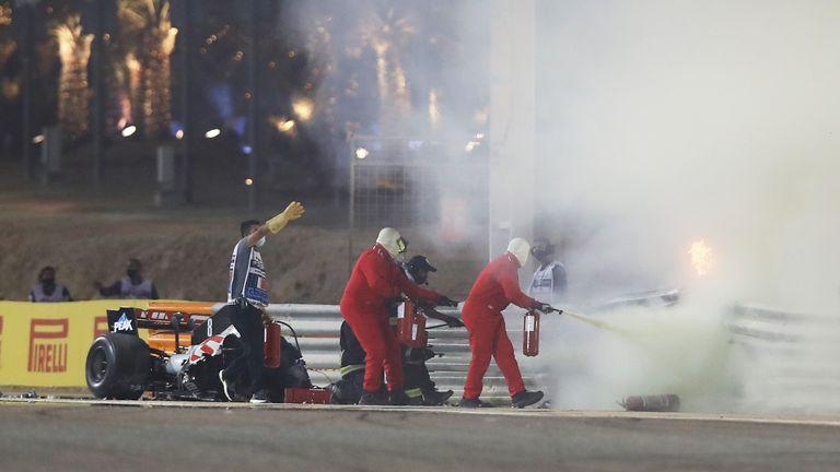 Les maréchaux de piste éteignent le feu