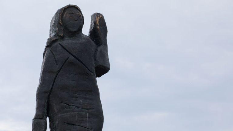 RONO, SLOVÉNIE - 17 SEPTEMBRE: Une statue en bronze grandeur nature nouvellement érigée de Melania Trump se trouve à Rono, un village voisin de sa ville natale de Sevnica le 17 septembre 2020 à Rono, en Slovénie.  Une nouvelle statue de Melania Trump a été récemment dévoilée en Slovénie pour remplacer l'original, qui a été brûlé en juillet dernier et actuellement exposée.  Le monument rappelle les origines de la Première Dame américaine.  (Photo par Matic Zorman / Getty Images)