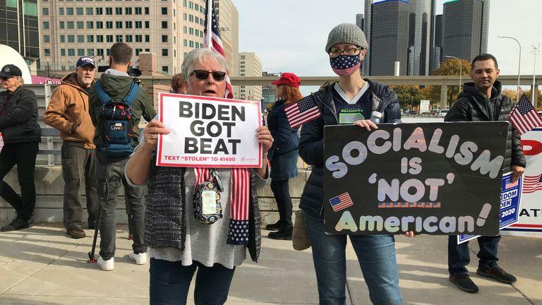 Les manifestants à l'extérieur du centre de comptage de Detroit au Michigan