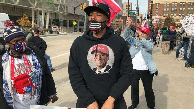 Chaque vote compte des manifestants affrontent des partisans de Trump à l'extérieur du centre de comptage de Detroit