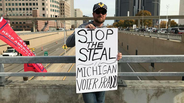 Un partisan de Donald Trump tient une pancarte `` Arrêtez de voler '' à Detroit