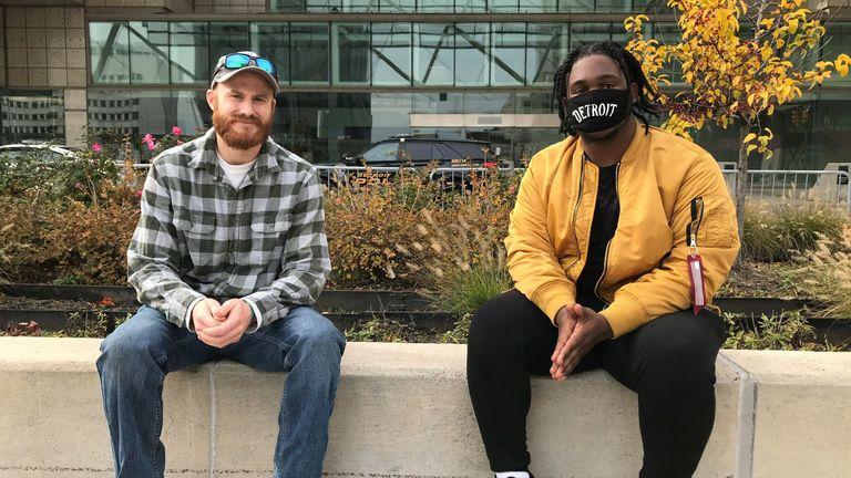Angelo Austin et Levi Ball (L) à l'extérieur du centre de comptage de Detroit