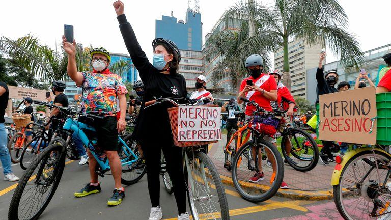Les manifestations se sont poursuivies dimanche avant la démission de Manuel Merino suite à des menaces de destitution
