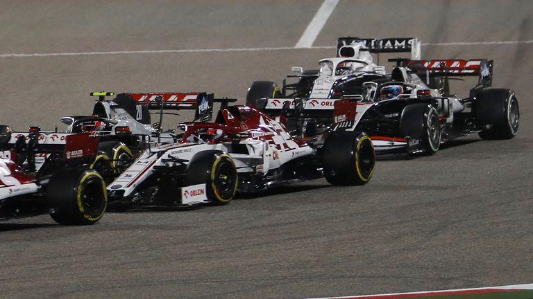 Le pilote français de Haas F1 Romain Grosjean (R) conduisant avant l'accident