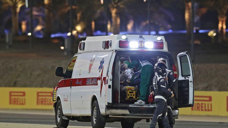 Des médecins s'occupent du pilote français de Haas F1 Romain Grosjean après l'accident