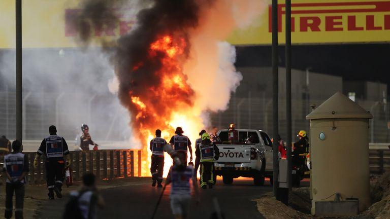 BAHREÏN, BAHREÏN - 29 NOVEMBRE: Un incendie est photographié après le crash de Romain Grosjean de France et de Haas F1 lors du Grand Prix F1 de Bahreïn sur le circuit international de Bahreïn le 29 novembre 2020 à Bahreïn, Bahreïn.  (Photo par Kamran Jebreili - Piscine / Getty Images)