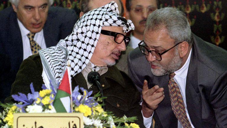 Le négociateur de paix a également travaillé comme traducteur de Yasser Arafat (à gauche)
