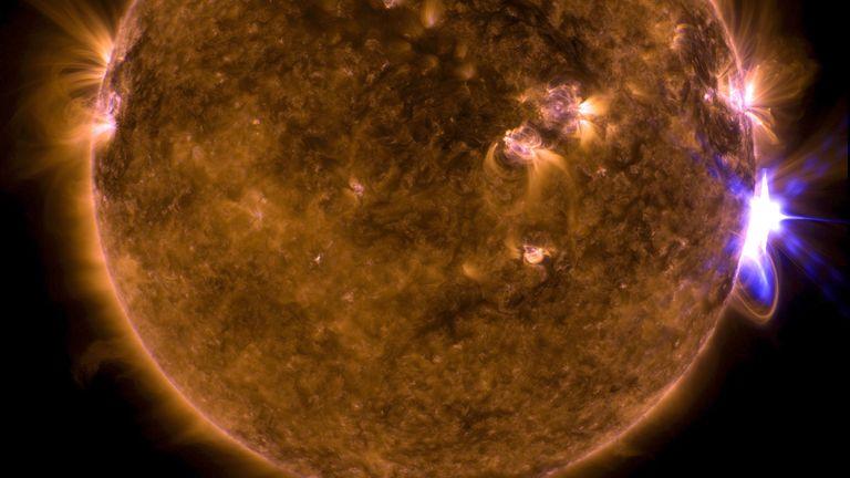 L'Observatoire de la dynamique solaire de la NASA a capturé cette image d'une éruption solaire - comme on le voit dans le flash lumineux sur le côté droit - le 10 septembre 2017. L'image montre une combinaison de longueurs d'onde de lumière ultraviolette extrême qui met en évidence le matériau extrêmement chaud dans les éruptions, qui a ensuite été colorisée.