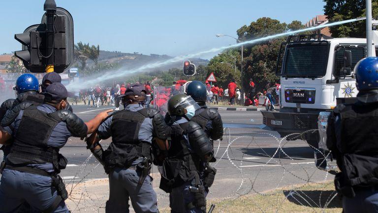 Un canon à eau a été déployé par la police au Cap