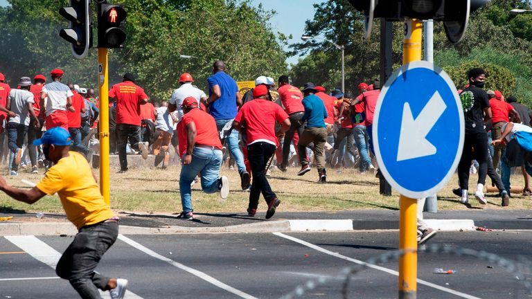 Des militants de l'opposition ont couru alors que la police tirait des balles en caoutchouc