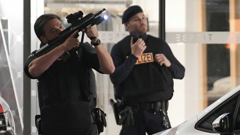 Un policier pointe son arme en l'air alors que d'autres se tiennent devant un magasin du centre de Vienne le 2 novembre 2020, à la suite d'une fusillade.  - Deux personnes, dont un agresseur, ont été tuées dans une fusillade dans le centre de Vienne, a annoncé la police fin le 2 novembre 2020. La police de Vienne a déclaré dans un message Twitter qu'il y avait eu