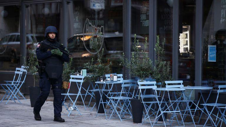 Un ministre autrichien affirme qu'au moins un `` terroriste islamiste '' était à l'origine de l'attaque