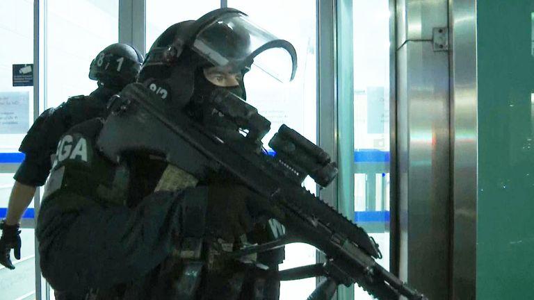 Un policier armé répond à des fusillades dans une synagogue de Vienne, Autriche