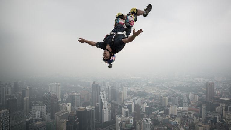 Reffet sautant de la plate-forme ouverte de 300 m de la tour de Kuala Lumpur en Malaisie lors de l'International Tower Jump en 2013