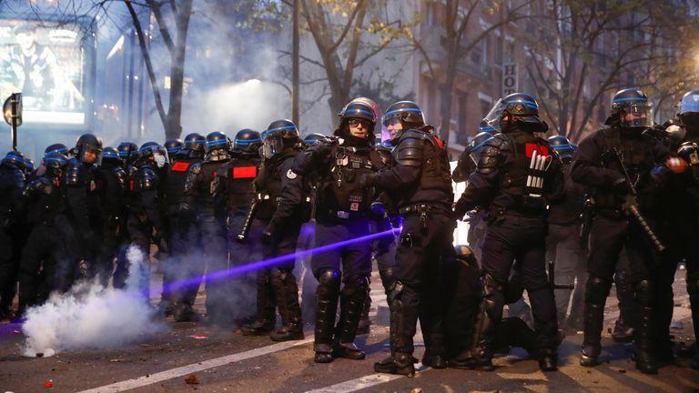 Des policiers ont rempli les rues pour faire face aux manifestants