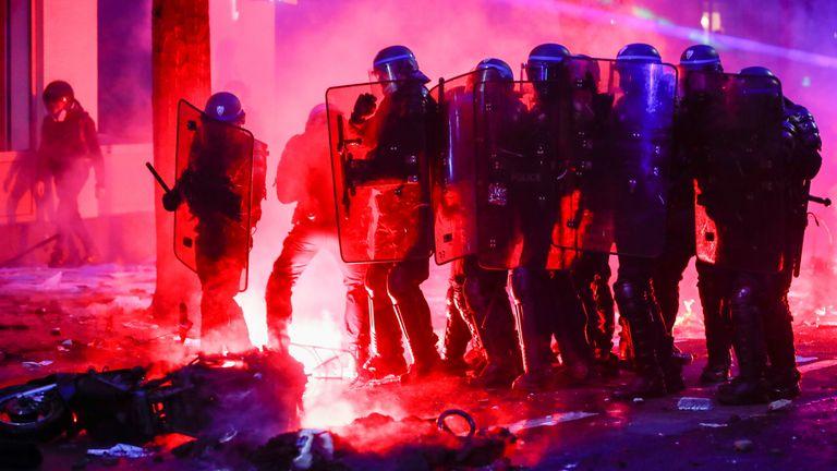 Le feu a allumé les rues de Paris alors que les voitures étaient incendiées