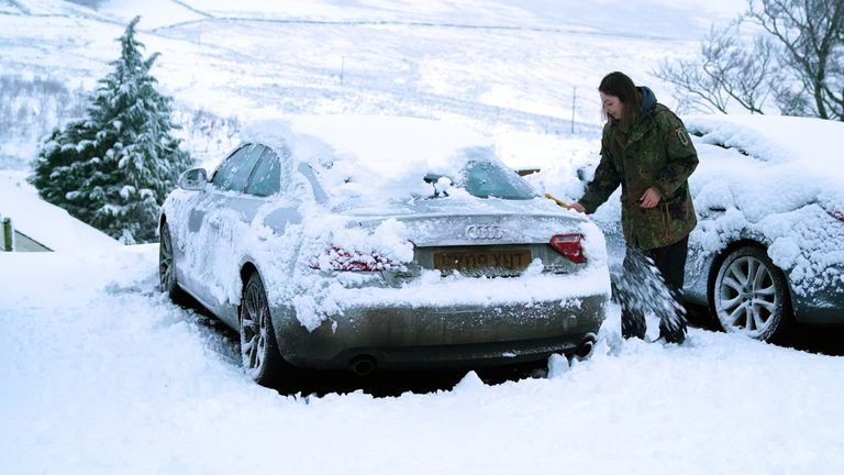 De fortes chutes de neige pendant la nuit sont tombées dans certaines parties de l'Angleterre, y compris à Carrshield dans le Penninesand et les prévisionnistes disent que d'autres pourraient être en route.