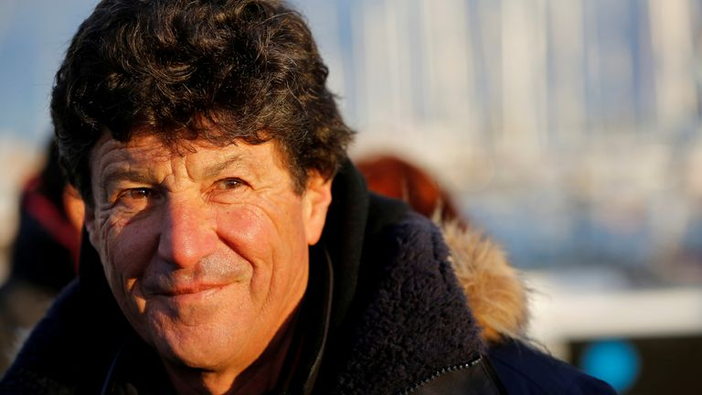 Le skipper Jean Le Cam de France regarde juste avant de quitter Les Sables d'Olonne, sur la côte atlantique de la France, pour prendre le départ de la course à la voile du Vendée Globe