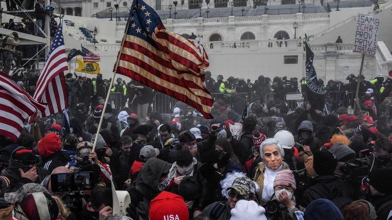 Les partisans du président américain Donald Trump affrontent la police lors d'un