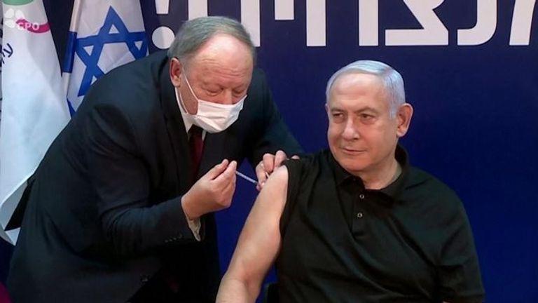 Le Premier ministre israélien Benjamin Netanyahu reçoit sa vaccination