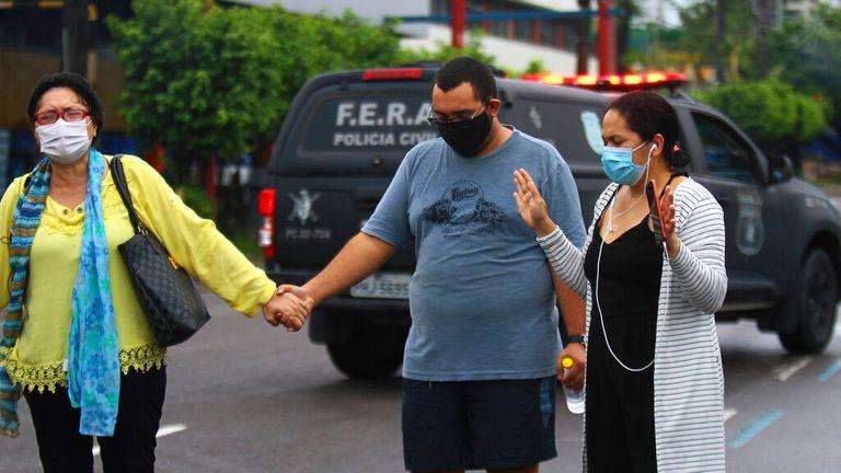 Les familles sont désemparées alors que le système de santé local s'effondre à Manaus