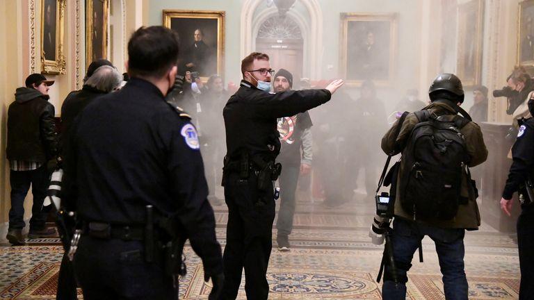 Un agent de sécurité fait signe après que des partisans du président américain Donald Trump ont enfreint les défenses de sécurité au Capitole américain, à Washington, aux États-Unis, le 6 janvier 2021. REUTERS / Mike Theiler