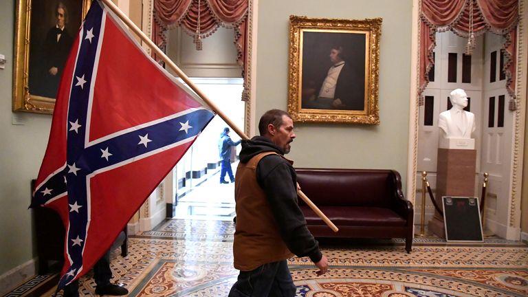 Un partisan du président Donald Trump mène une bataille de conférence au deuxième étage du Capitole américain près de l'entrée du Sénat après avoir enfreint les défenses de sécurité, à Washington, États-Unis, le 6 janvier 2021. REUTERS / Mike Theiler