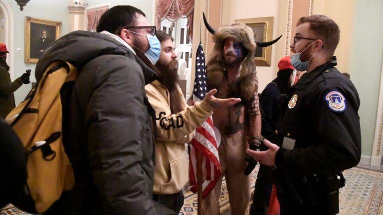 La police affronte des partisans du président Donald Trump alors qu'ils manifestent au deuxième étage du Capitole américain près de l'entrée du Sénat après avoir enfreint les défenses de sécurité, à Washington, États-Unis, le 6 janvier 2021. REUTERS / Mike Theiler