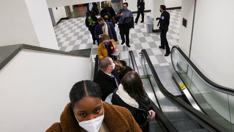 La police du Capitole américaine évacue les journalistes et les membres du personnel de presse de la Chambre du Capitole vers un immeuble de bureaux connecté, à Washington, États-Unis, le 6 janvier 2021. REUTERS / Jonathan Ernst