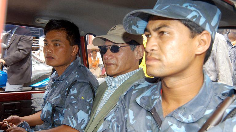 Le ressortissant français Charles Sobhraj (C) prend un taxi pour rentrer en prison accompagné de gardes dans la capitale népalaise Katmandou le 5 juillet 2004. Les autorités népalaises ont inculpé lundi le criminel notoire Sobhraj, connu sous le nom de