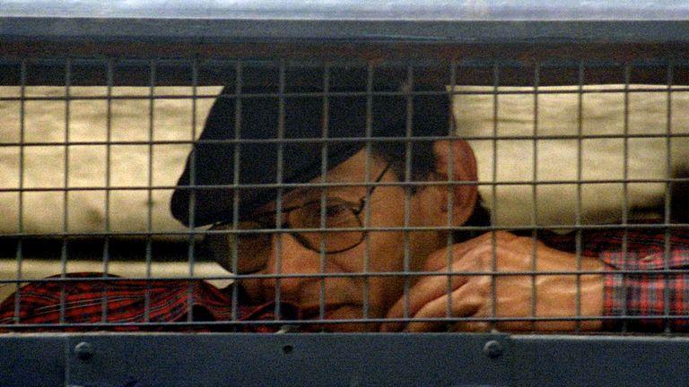 Le célèbre criminel Charles Sobhraj, 52 ans, est assis à l'intérieur d'un fourgon de police devant un tribunal de New Delhi le 24 février. L'Inde a officiellement ordonné à Sobhraj, qui a fait l'objet d'accusations de meurtre, de vol qualifié et de jailbreak, d'être expulsé vers sa France natale et de lui interdire de rentrer. en Inde.