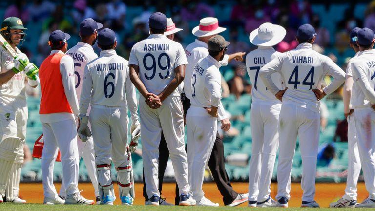 Les joueurs indiens parlent aux arbitres