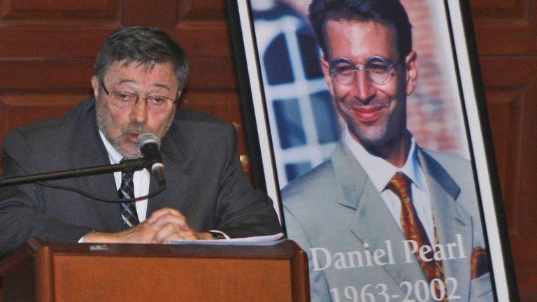 DOSSIER - Dans cette photo d'archive du 15 avril 2007, le Dr Judea Pearl, père du journaliste américain Daniel Pearl, tué par des terroristes en 2002, s'exprime à Miami Beach, en Floride, à la Cour suprême du Pakistan le jeudi 28 janvier 2021. , a ordonné la libération d'Ahmad Saeed Omar Sheikh qui a été reconnu coupable puis acquitté de la décapitation horrible du journaliste américain Pearl en 2002. Le tribunal a également rejeté l'appel de l'acquittement de Sheikh par la famille de Pearl.  (Photo AP / Wilfredo Lee, dossier)