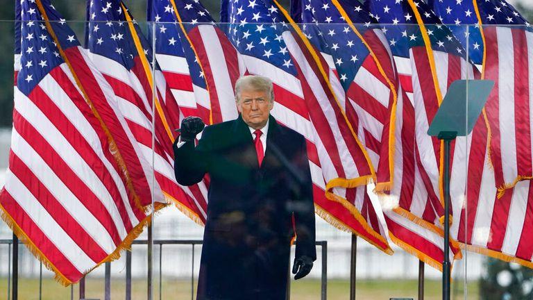 Le président Donald Trump est photographié s'adressant à des partisans avant que la violence n'éclate