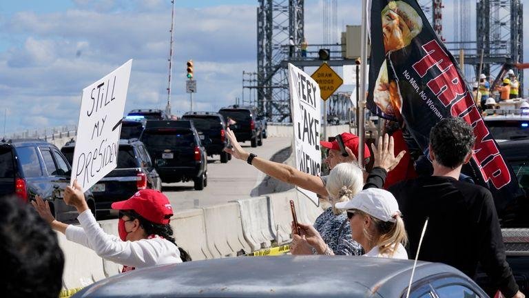 Les partisans de Trump ont salué son cortège alors qu'il se rendait à sa station balnéaire de Mar-a-Lago.  Pic: AP