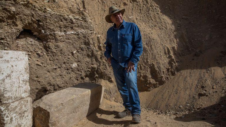 L'archéologue égyptien Zahi Hawass se tient sur le site de fouilles du temple funéraire de la reine Nearit, l'épouse du roi Teti, où lui et son équipe ont déterré une vaste nécropole remplie de puits funéraires, de cercueils et de momies datant du Nouvel Empire 3000 avant JC, dimanche , 17 janvier 2021, à Saqqarah, au sud du Caire, Égypte.  (Photo AP / Nariman El-Mofty)