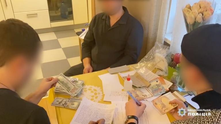 Les policiers ont enregistré le numéro de série des billets de banque saisis.  Pic: Police nationale d'Ukraine
