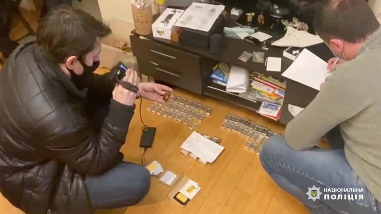 Les agents de police enregistrent un transport d'or caché par les cybercriminels.  Pic: Police nationale d'Ukraine