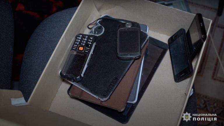 Des téléphones ont été saisis sur les propriétés des criminels.  Pic: Police nationale d'Ukraine