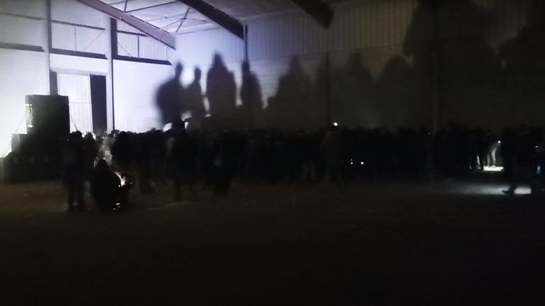 Crédit: Nicolas Mercier / Hors-Zone Press Une rave illégale du Nouvel An qui a attiré quelque 2 500 personnes dans les hangars au sud de Rennes s'est poursuivie jusqu'au 2 janvier avant de se terminer tôt le matin.