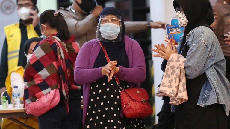 Des proches de passagers arrivent dans un centre de crise mis en place à la suite d'un rapport selon lequel un avion de passagers de Sriwijaya Air a perdu le contact avec les contrôleurs aériens peu de temps après le décollage, à l'aéroport international Soekarno-Hatta de Tangerang, en Indonésie, le samedi 9 janvier 2021. Le Boeing 737-500 a décollé de Jakarta et a perdu le contact avec la tour de contrôle quelques instants plus tard.  (Photo AP / Tatan Syuflana)