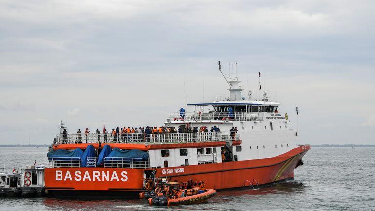 Un navire de recherche et de sauvetage des Basarnas indonésiens recherche le vol Sriwijaya Air SJ182, qui s'est écrasé en mer au large de la côte de Jakarta, en Indonésie, le 10 janvier 2021 sur cette photo prise par Antara Foto / Galih Pradipta via REUTERS À L'ATTENTION DES RÉDACTEURS - CETTE IMAGE A ÉTÉ FOURNIE PAR UN TROISIÈME. FÊTE.  CRÉDIT OBLIGATOIRE.  INDONÉSIE OUT.