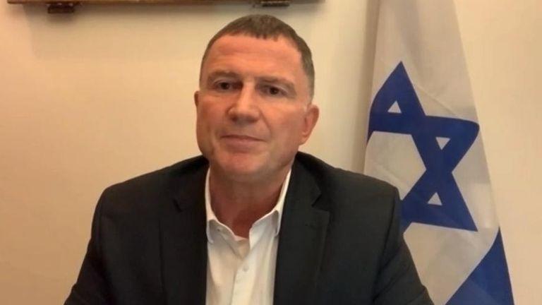 Le ministre israélien de la Santé Yuli Edelstein a déclaré que le pays devait `` sortir '' s'il veut reproduire le succès de la vaccination de son pays