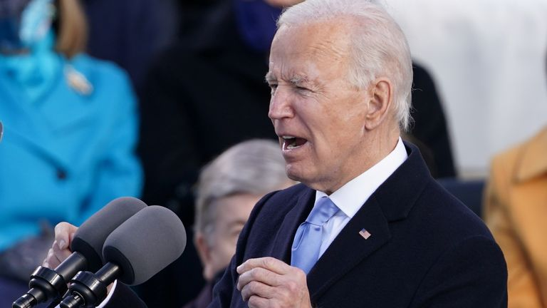 Le président américain Joe Biden prononce son discours après avoir prêté serment en tant que 46e président des États-Unis sur le front ouest du Capitole américain à Washington, aux États-Unis, le 20 janvier 2021. REUTERS / Kevin Lamarque