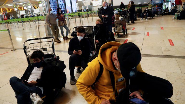 Les passagers bloqués attendent des nouvelles de leurs vols à l'aéroport Adolfo Suarez Barajas