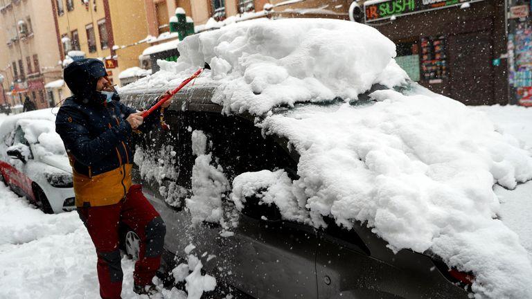 L'homme déplace la neige