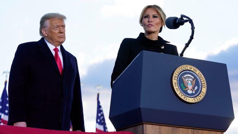 Le président Donald Trump écoute la première dame Melania Trump avant d'embarquer dans Air Force One à Andrews Air Force Base.  Pic: AP