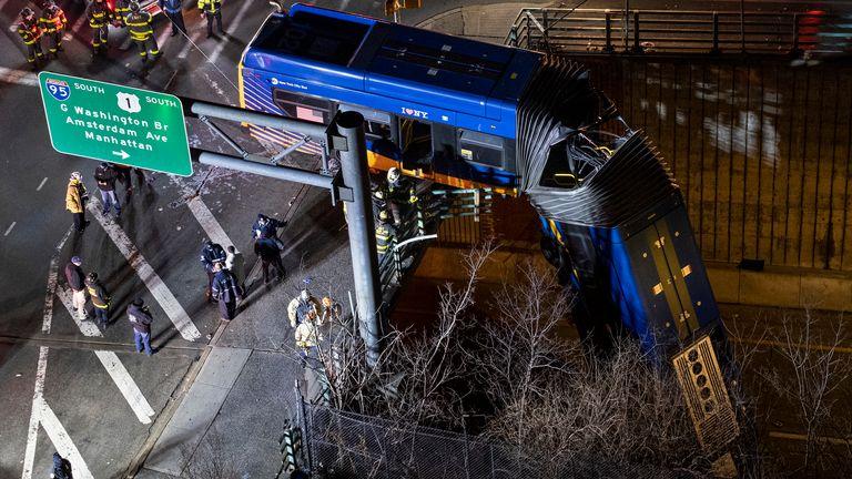 Un bus à New York a quitté une route dans le quartier du Bronx à New York et a été laissé suspendu à un viaduc vendredi 15 janvier 2021, après un accident jeudi soir qui a laissé le conducteur dans un état grave, a annoncé la police.  (Photo AP / Craig Ruttle)