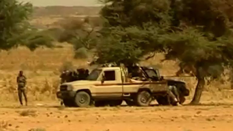 Des soldats gardent la garde dans la région